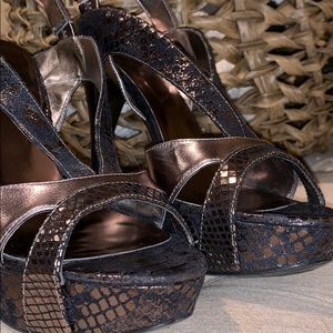 Guess Shoes - GUESS size 8M